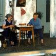 Anche quella di Lucia Pellegrin, come molte di quelle che abbiamo testimoniato in queste pagine, è la storia di una passione che, nata inconsapevolmente sui banchi di scuola, è esplosa irrefrenabile circa 20 anni fa (nel '88 per la precisione) ed ha costretto la nostra protagonista a fare i conti con essa. Lucia ama il teatro, quello dialettale in particolare, non si limita a recitare, ma scrive anche i testi dei suoi spettacoli, ne cura la regia ed idea e progetta scenografia e costumi. La fase che mi incuriosisce e mi affascina di più di questo suo teatro amatoriale, e […]